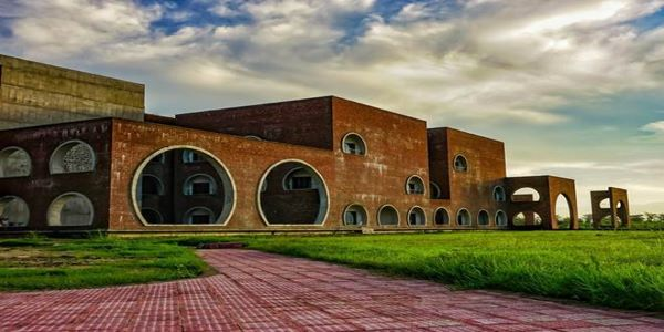 Each IIM on the list of the top best IIM colleges in India has a huge campus. They offer some highly valued PGP courses in India.