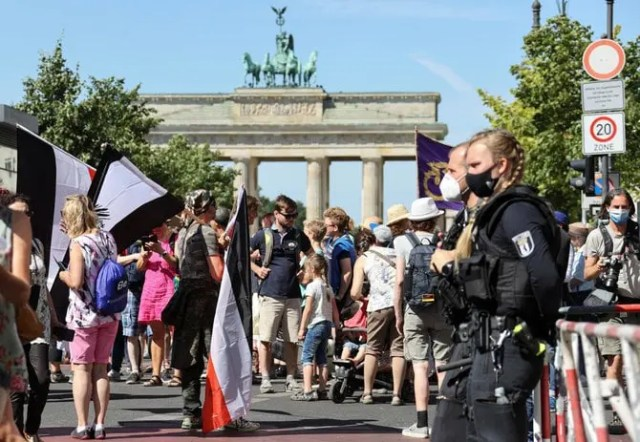 Thousands protest in Berlin