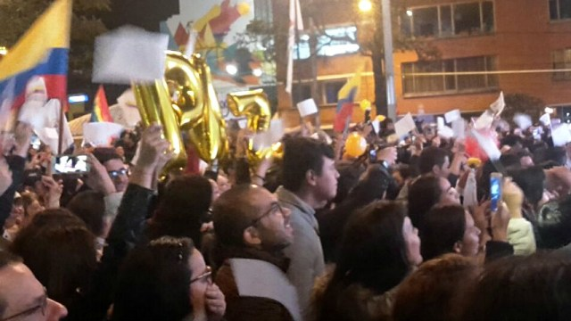 crowds-celebrate-colombian-peace-accord