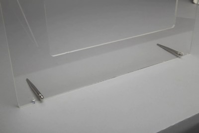 Metal legs as balance points for acrylic frame