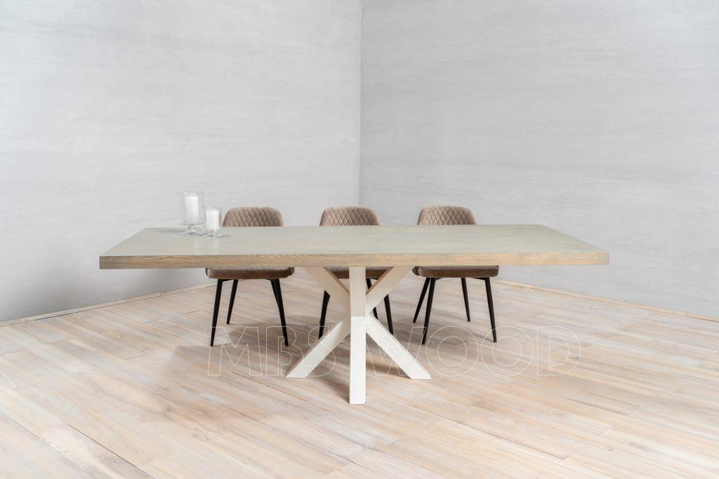 Stort egetræsbord med metalben, edderkophvid farve