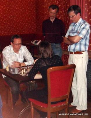 2010-06-02 žaibo turnyras: kova dėl pirmosios vietos; kovoja R. Žebrauskis su S. Zaksaite; kovą stebi Antanas Zapolskis bei Julius Sabatauskas