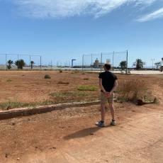 MC preguntará a N. Arroyo qué impide, dos años después, realizar el prometido campo de fútbol playa de Los Urrutias