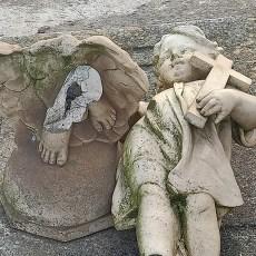 MC exige al Gobierno local que retire la escultura fracturada aparecida en el cementerio de Los Remedios que debía estar en el almacén
