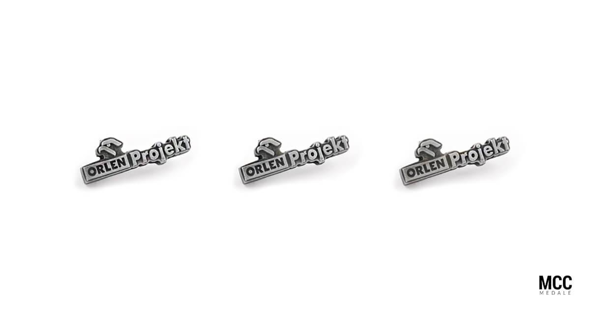 Przypinki z logo firmy Orlen Projekt