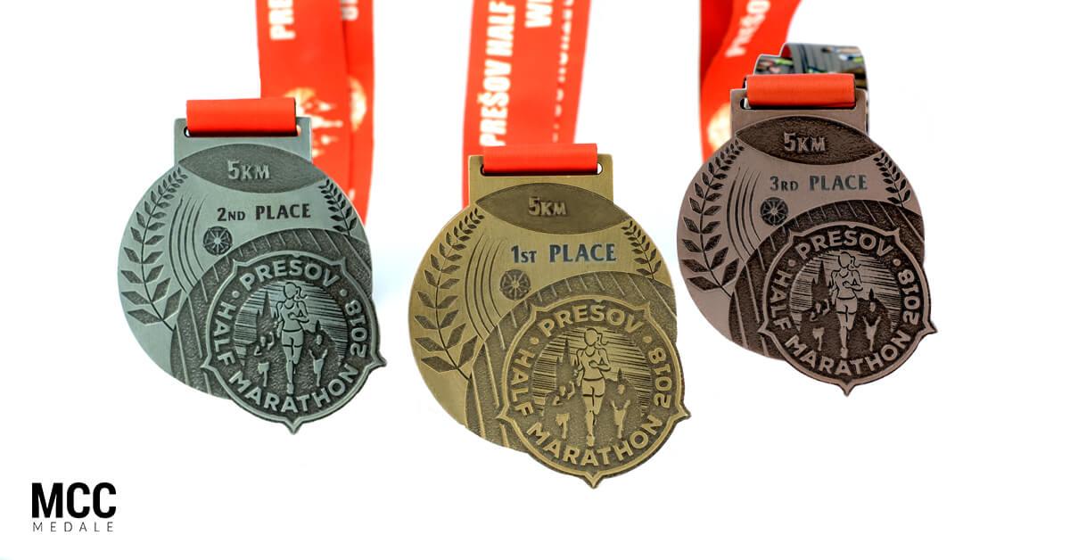 Grawerowane medale na podium