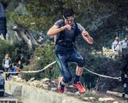 Biegi z przeszkodami to popularna forma aktywności fizycznej.