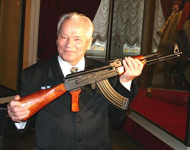 Михаил Калашников со своим автоматом