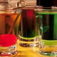 bee. w bar traz para São Paulo a tendência dos 'chupitos', drinks variados servidos em copinhos de shot