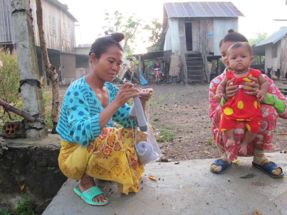 Deux femmes discutent le matin au Cambodge