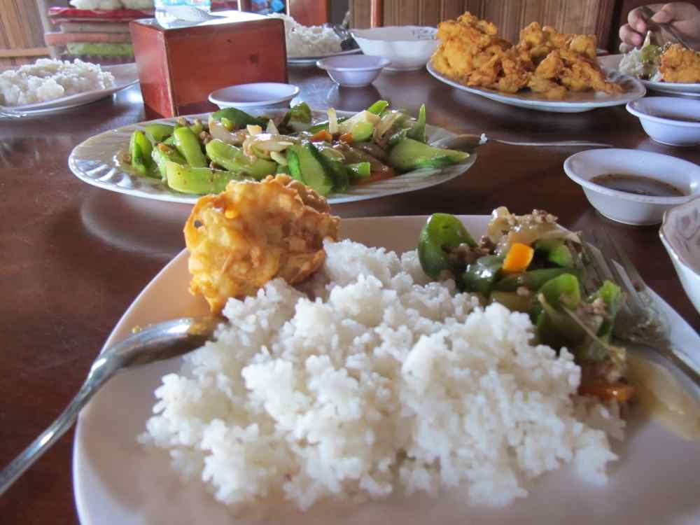 Un plat typique du Cambodge servi dans une maison locale