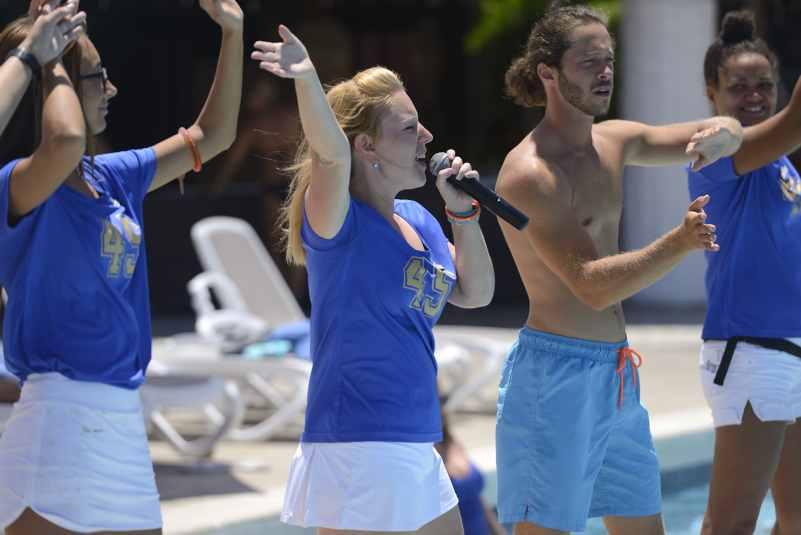 Spectacle au bord de la piscine Club Med