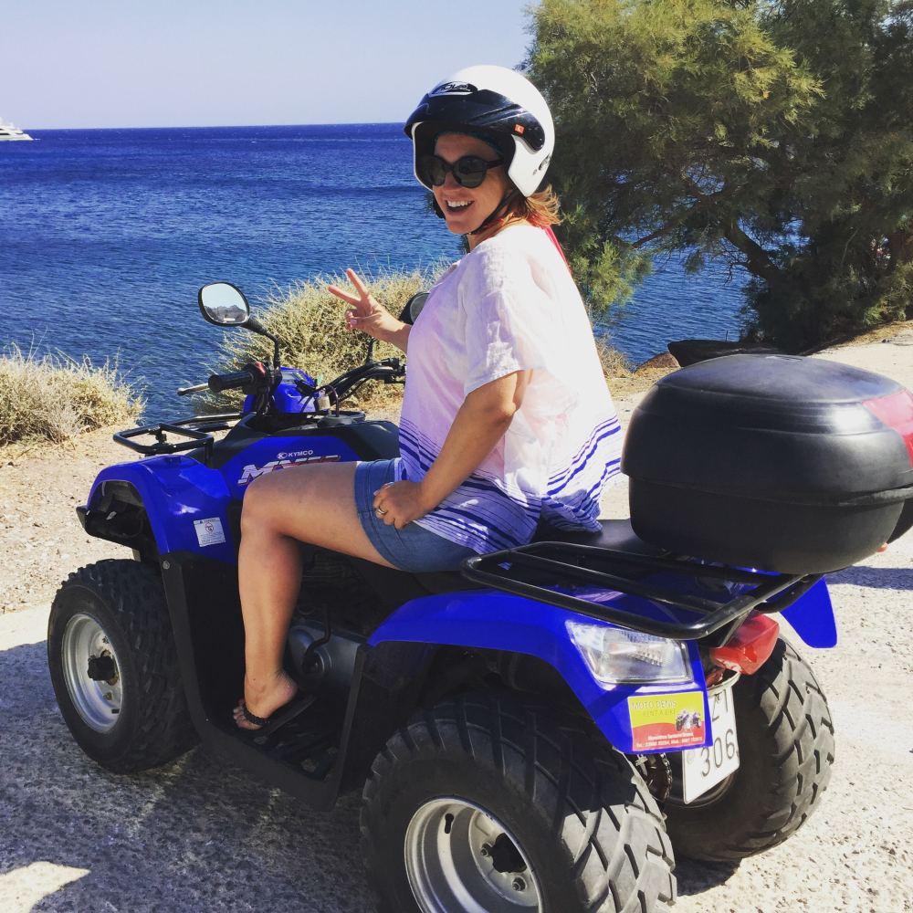 Mon look sur mon 4 roues vers la plage rouge de Santorini, Grèce