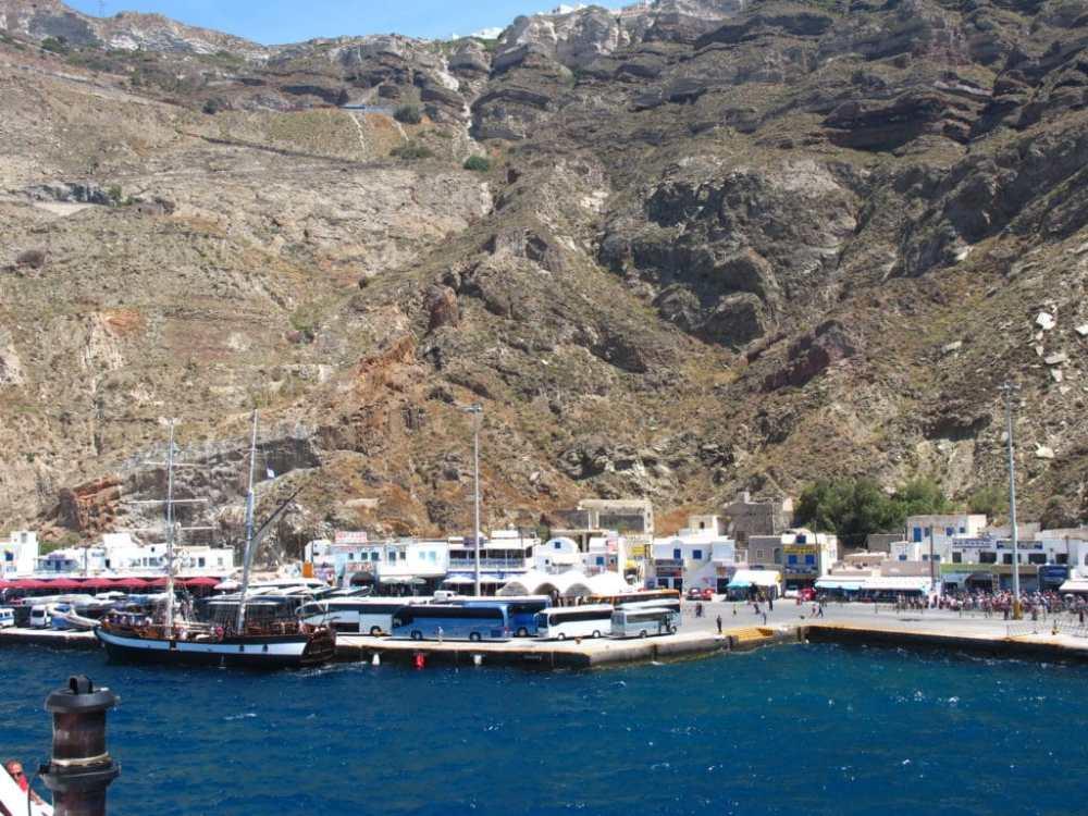 Le bordel en arrivant à Santorini. Plusieurs autobus attendent les passagers. Grèce