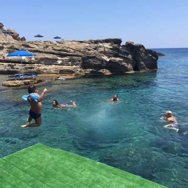 Plateforme pour sauter dans l'eau à Kalithea à l'Oasis beach bar Rhodes Grèce