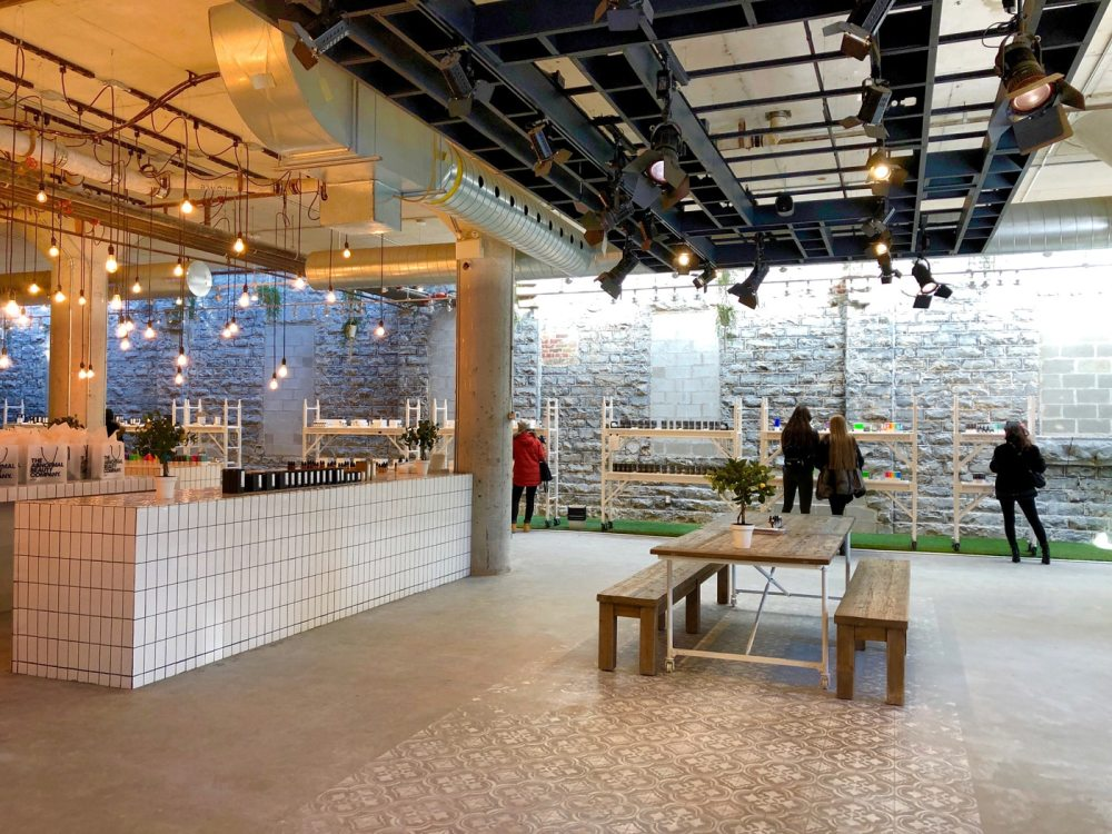 L'intérieur de la boutique The Abnormal beauty company dans le Distillery District de Toronto