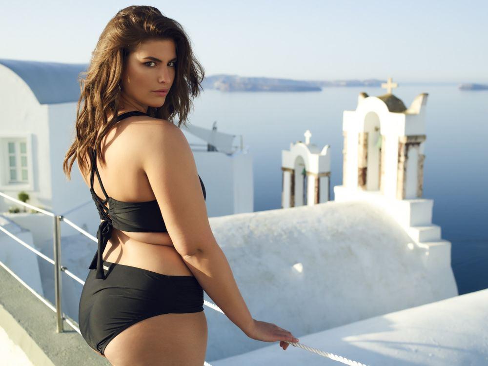 Gabrielle Threlfall en Grèce pour la collection de maillot SKYE Taille plus