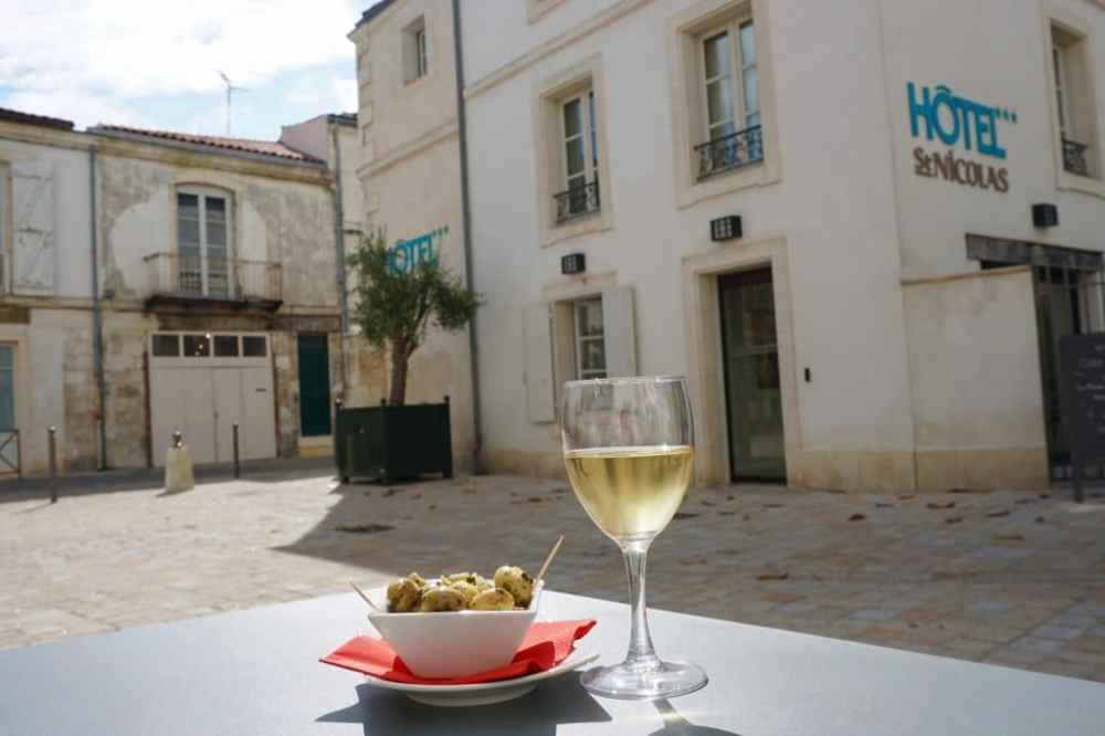 Prendre un verre de vin à l'hôtel Saint-Nicolas