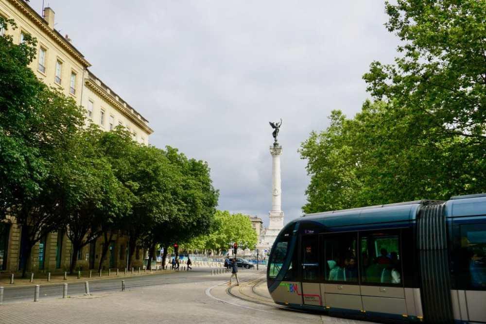 Bordeaux son tram et statue