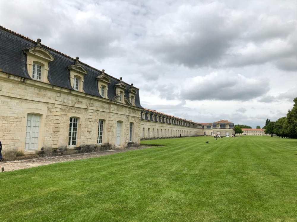 La corderie Royale à Rochefort était un bâtiment servant à produire les cordages des anciens navires de guerre situé en Nouvelle-Aquitaine, France