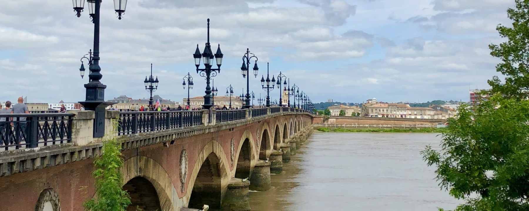 VIeux pont de Bordeaux au-dessus de la Garonne, France
