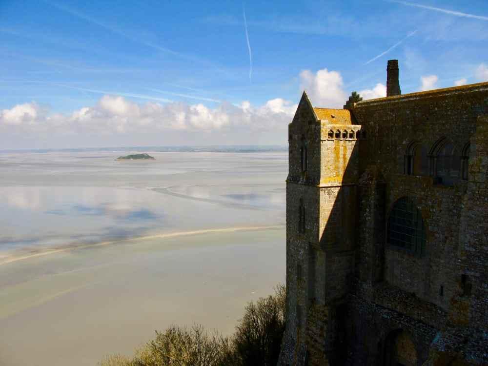 La vue depuis l'Abbaye St-Michel au Mont St-MIchel en Normandie, France