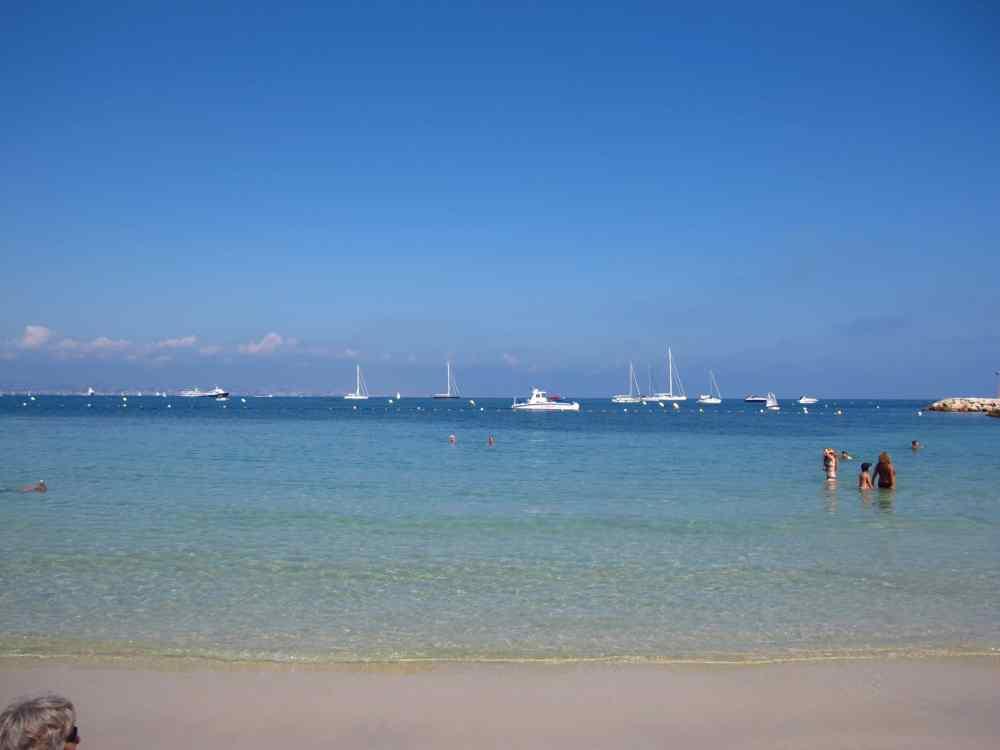 Un des plages d'Antibes recouverte de sable blanc, France, Côte d'Azur