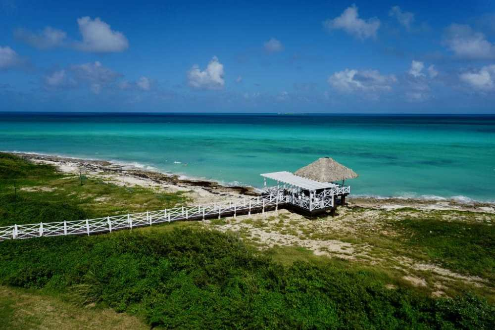 Jetée au Grand Muthu Cayo Coco à Cuba et l'eau turquoise