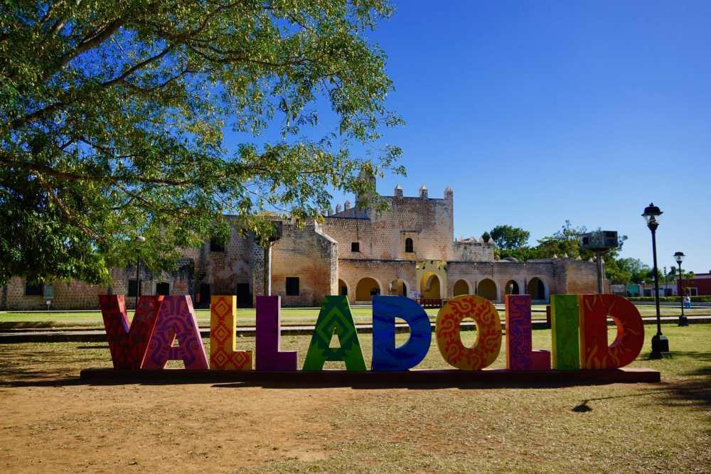 Enseigne Valladolid en lettres colorées au Mexique