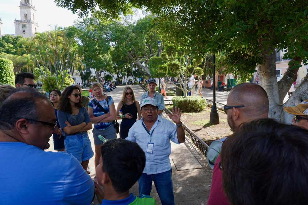 Victor, guide touristique, explique les détails de la fondation de Mérida lors d'un tour gratuit.