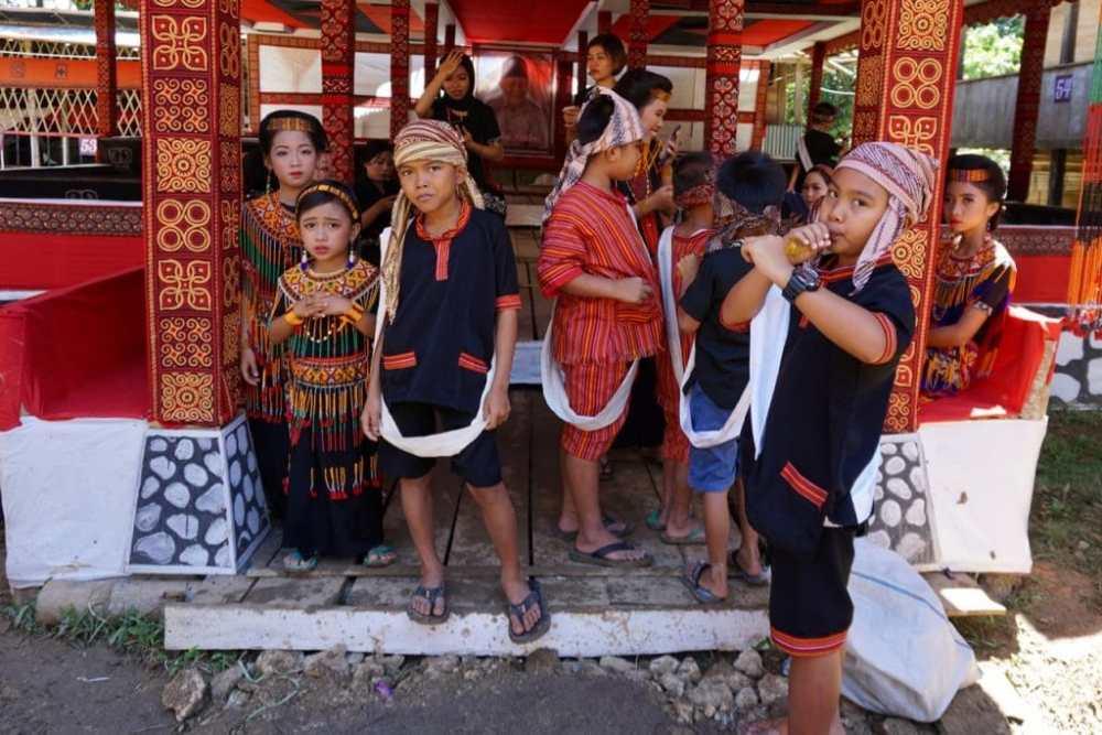 Enfants du Toraja aux funérailles de leur grand-père.