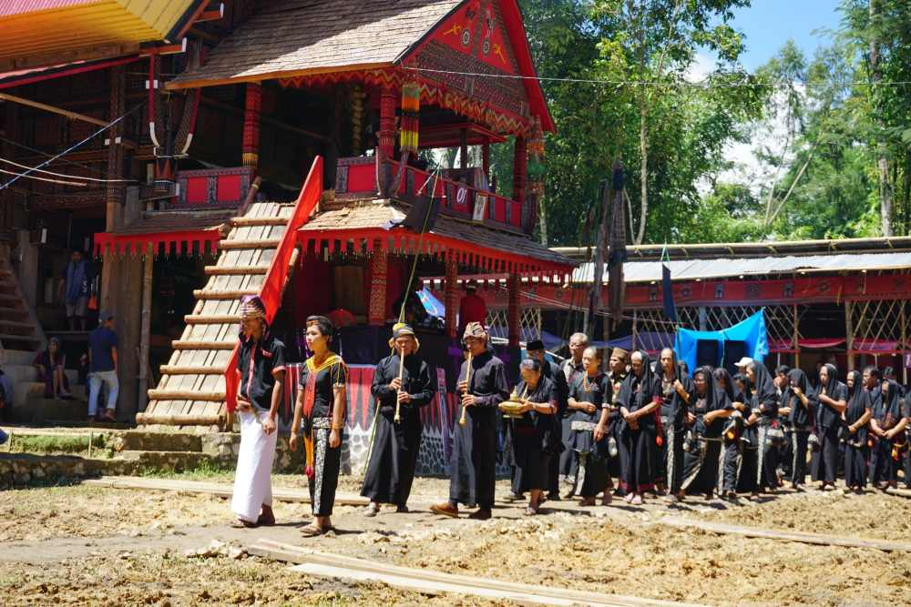 Lors de funérailles dans le Toraja, familles et amis paradent pour offrir leurs sympathies