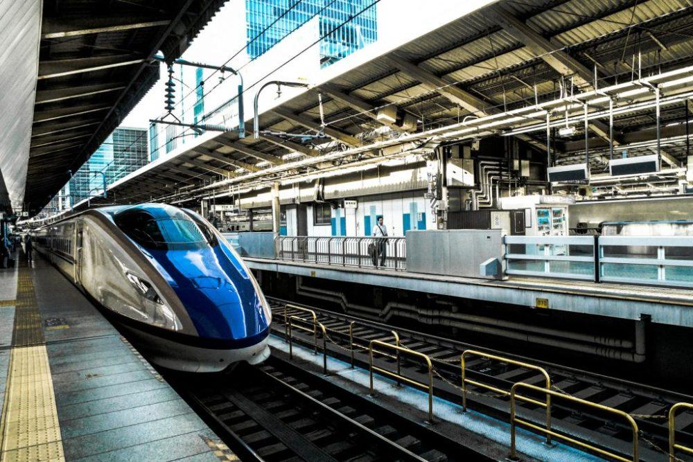 Train en gare en Europe