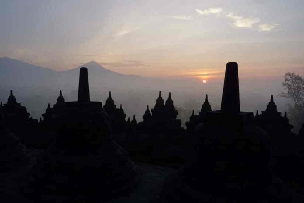 Lever de soleil sur le temple de Borobudur à Java Indonésie