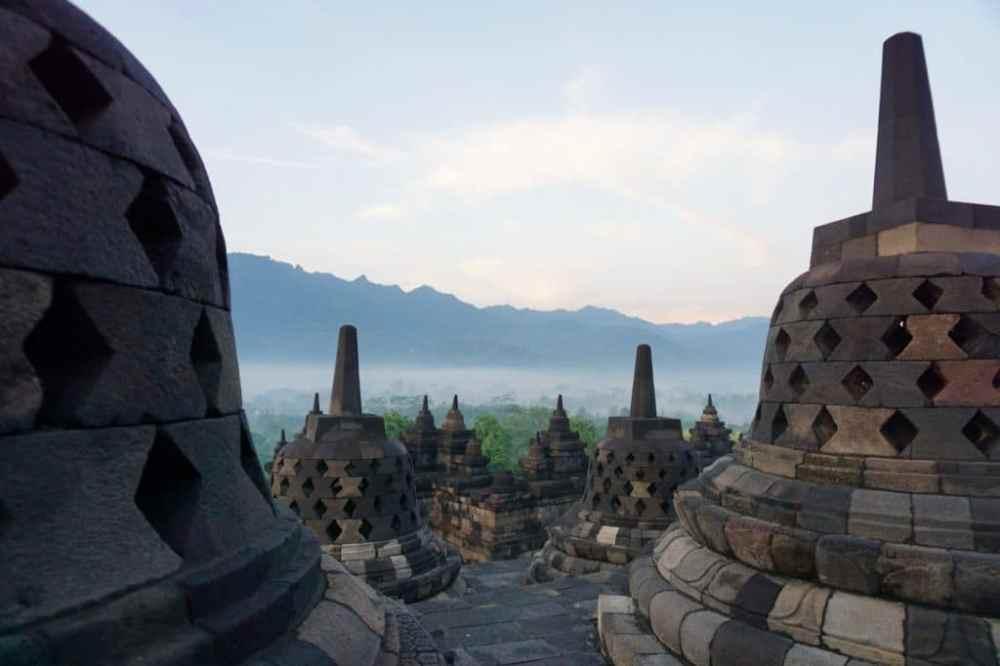 Lever de soleil sur le temple de Borobudur et ses stupas à Java Indonésie