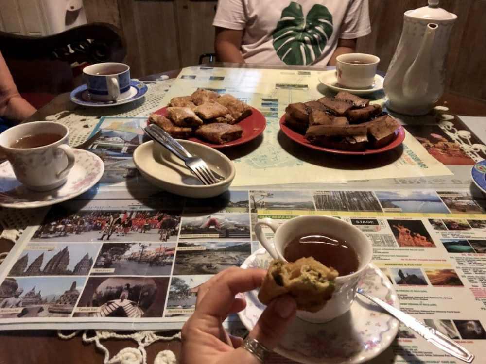 Dégustation de Martabaks avec l'hôte de mon hoomestay à Jogja