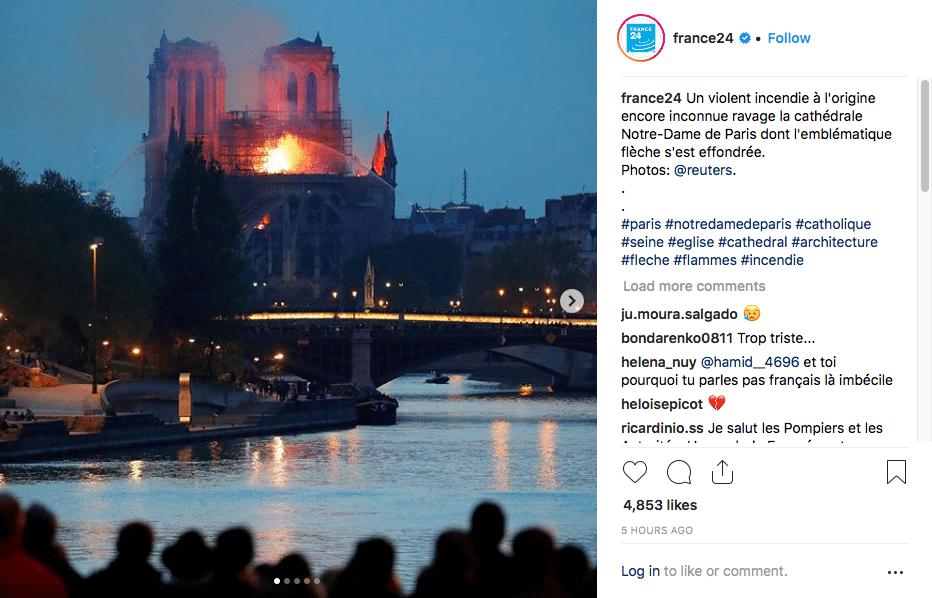 Notre-Dame de Paris en flamme le soir.