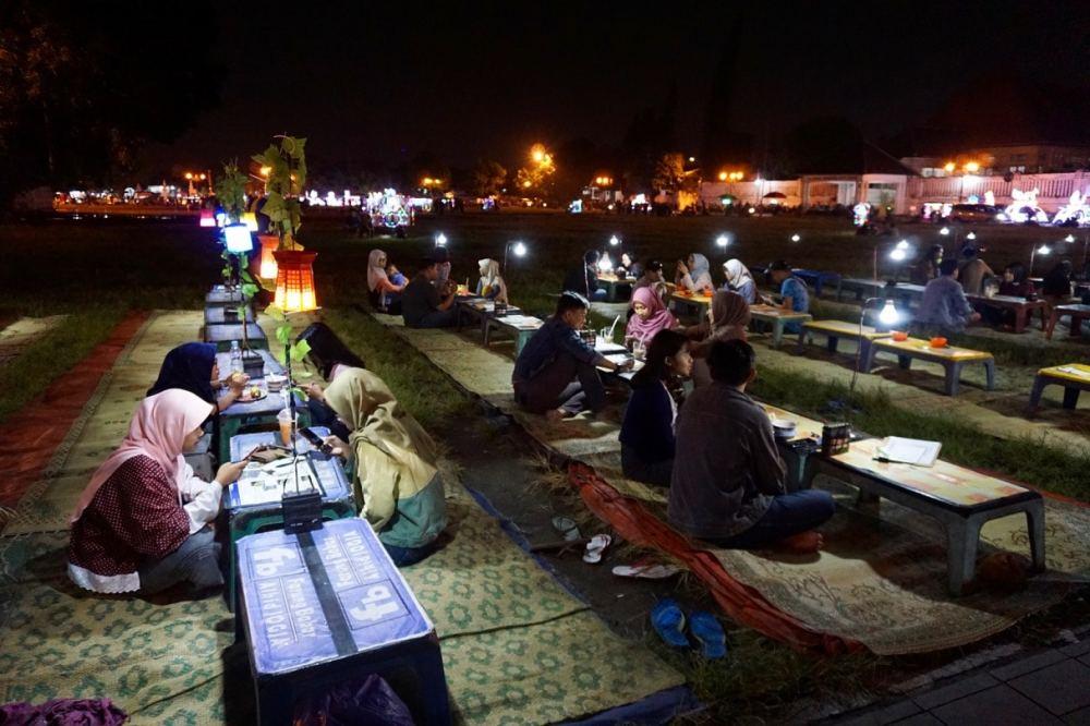 Le soir dans le parc Alun Alun Kidul, des tables sont installés pour ceux désirant manger la nourriture de rue, Jogja