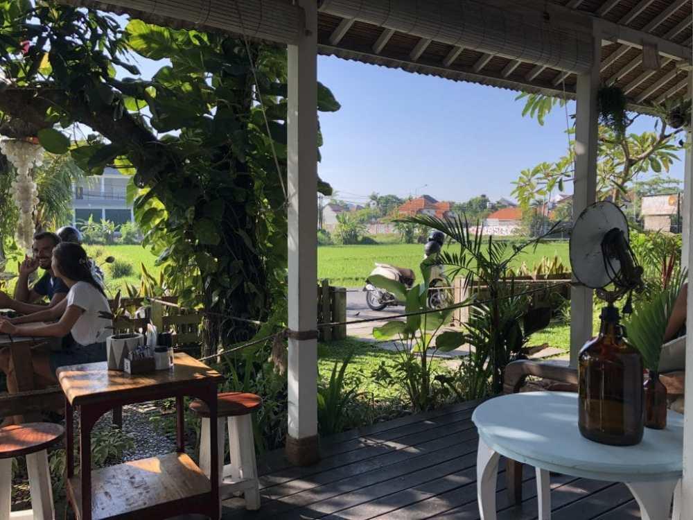 Café Shaddy Shack Canggu Bali Indonésie, sur le bord des rizières