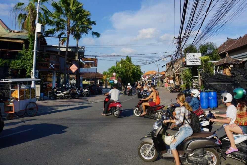 Canggu à Bali et ses scooters, ses rues bondées et ses nombreuses boutiques