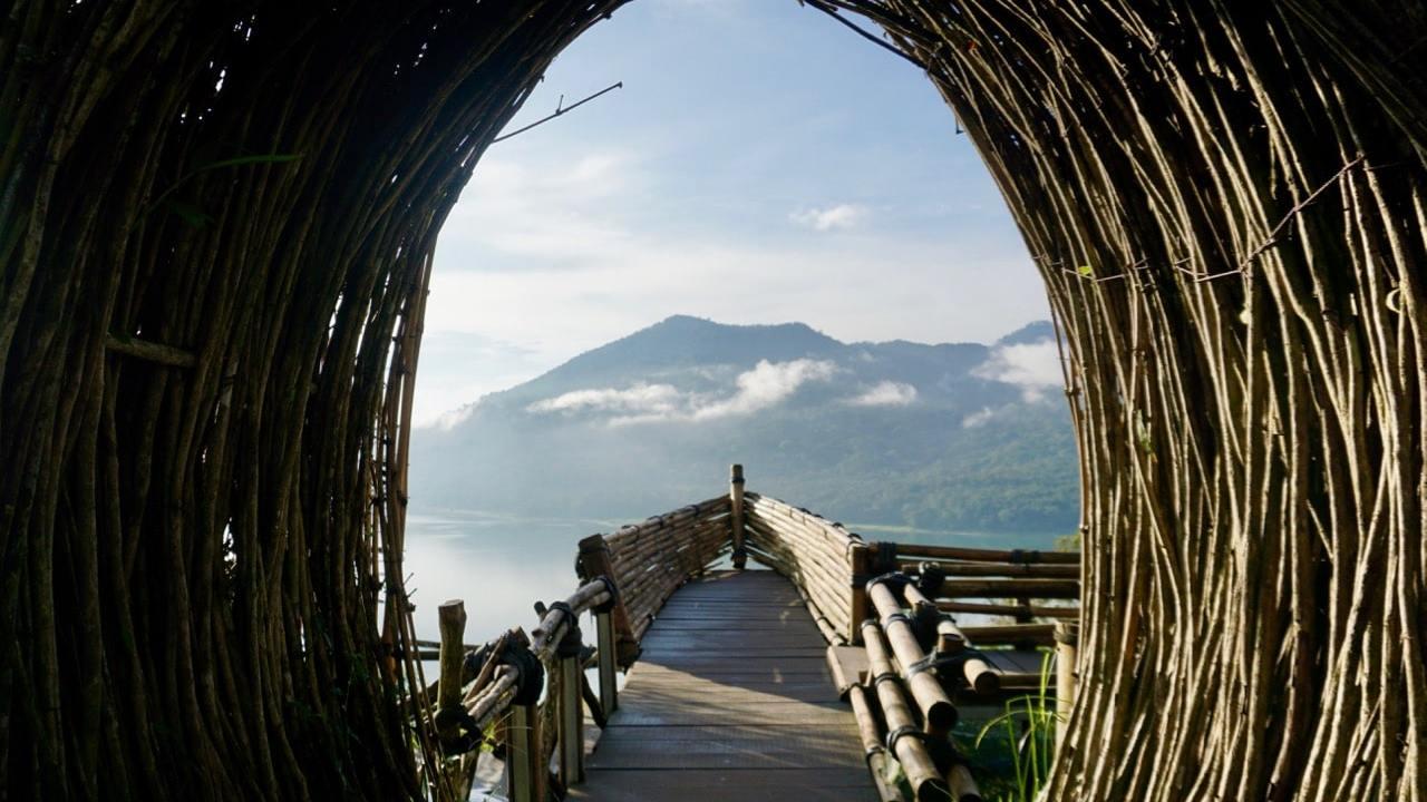 Vue à Munduk sur un lac au petit matin, Bali, Indonésie