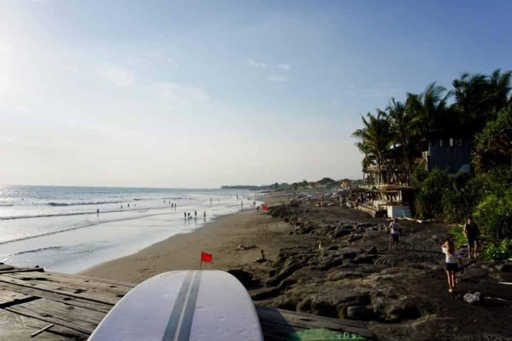Le paradis du surf à Echo Beach, Canggu Bali, Indonésie