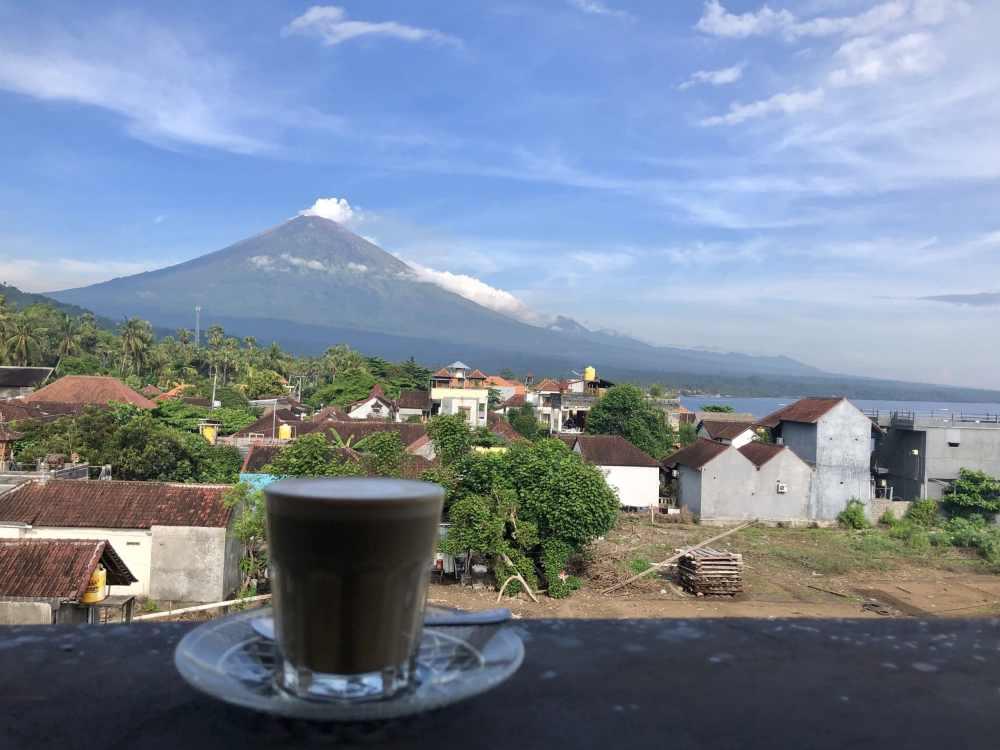 Petit-déjeuner avec vue sur le Mont Agung, Amed, Indonésie