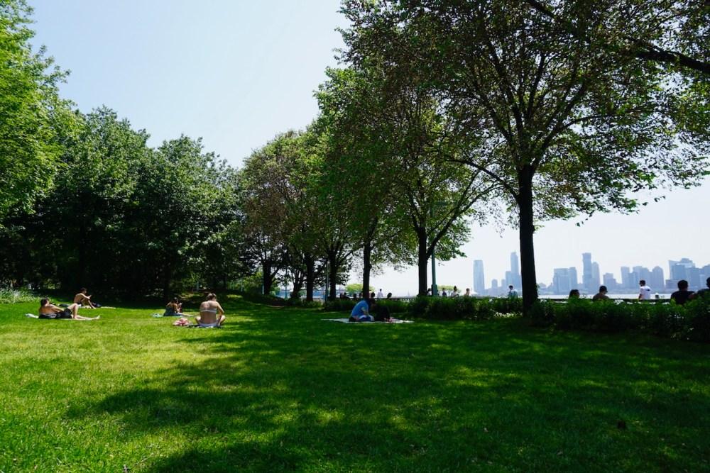 Des new yorkais relaxent dans le Hudson Park par un beau dimanche après-midi