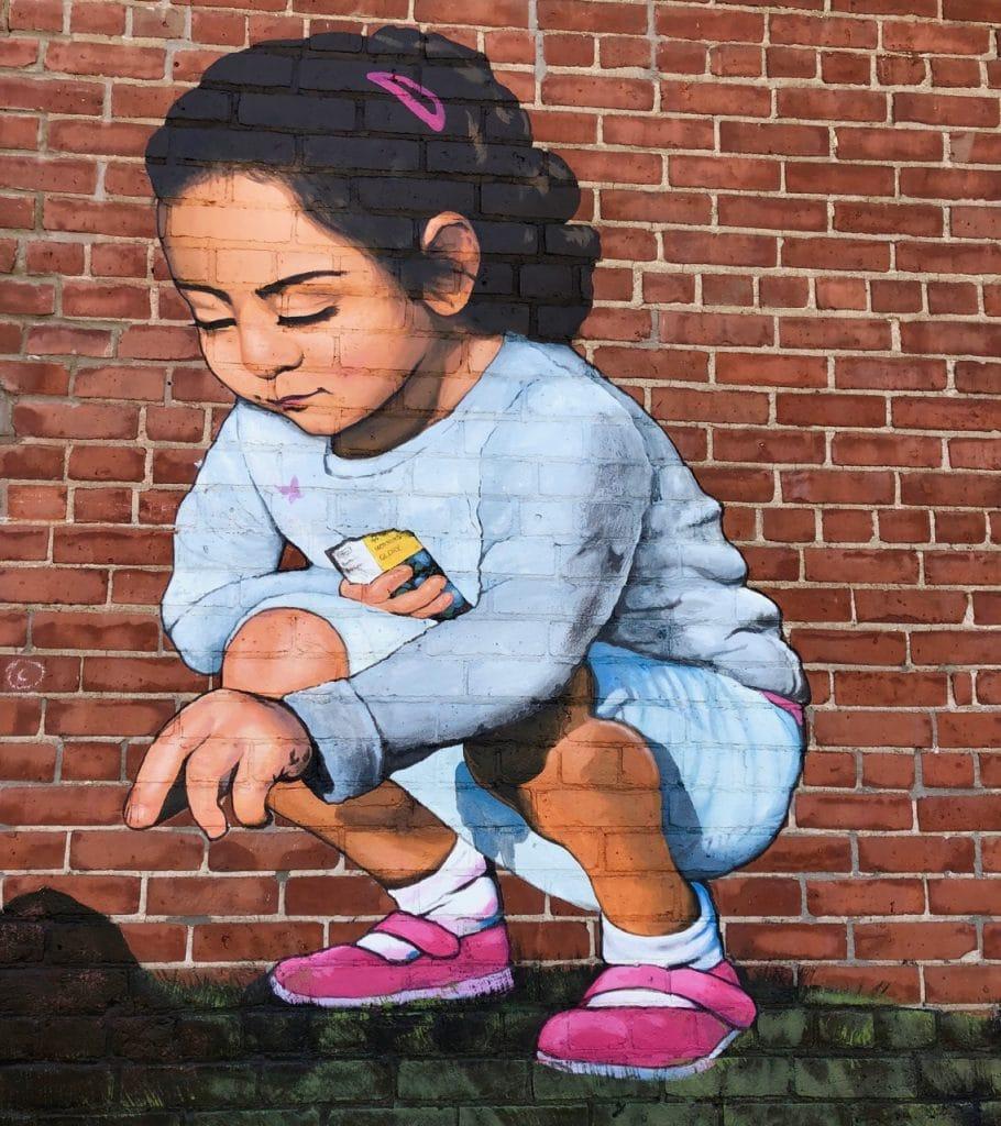 Fillette art de rue à Ottawa sur la rue Bank Glebe