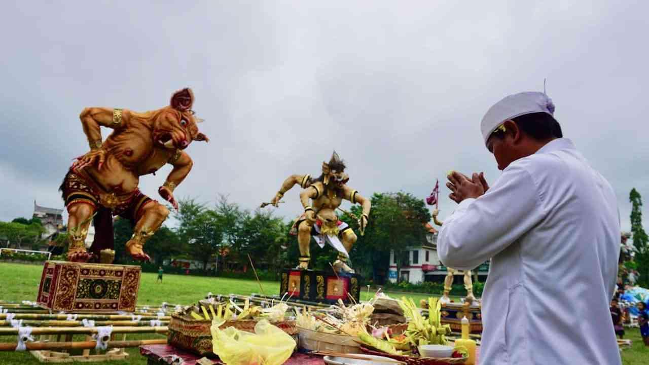 Balinais fait des offrandes aux Ogoh Ogoh pendant le jour du silence Nyepi
