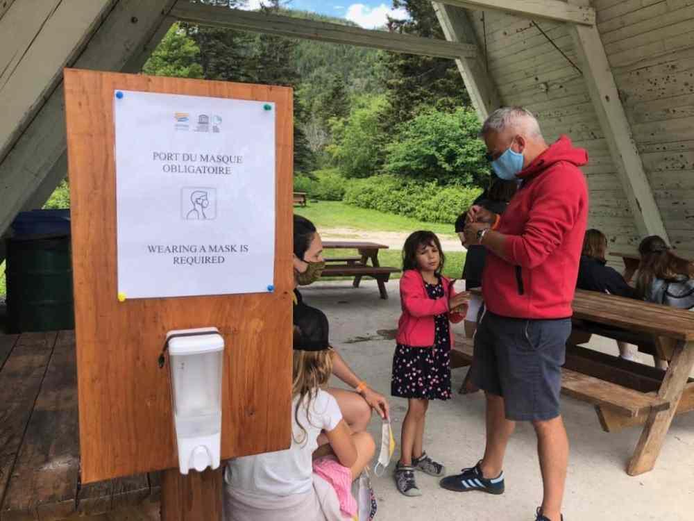 Au Geoparc à Gaspé, le port du masque est obligatoire pour prendre la navette et sur la plateforme d'observation.