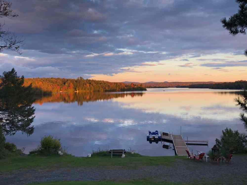 Paysage d'automne au bord du lac