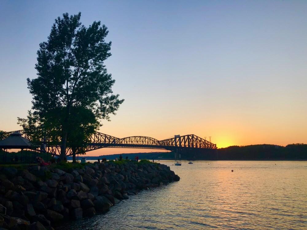 Marine de St-Romuald, coucher de soleil sur les ponts de Québec