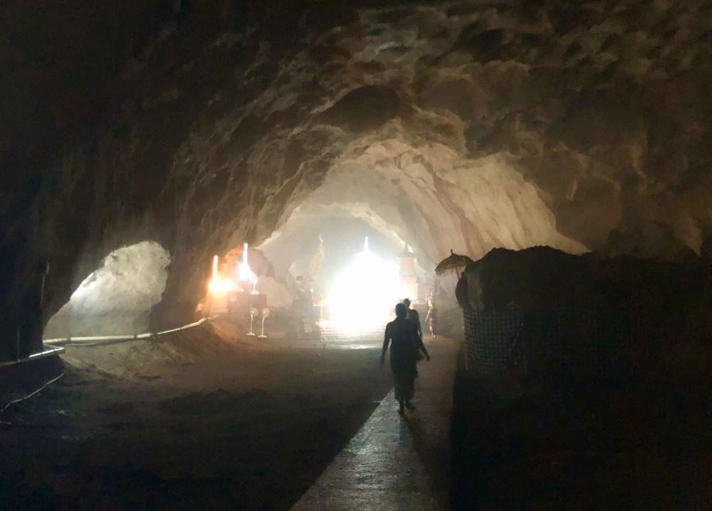 L'intérieur de la grotte Goa Giri Putri sur l'île de Nusa Penida à Bali, en Indonésie